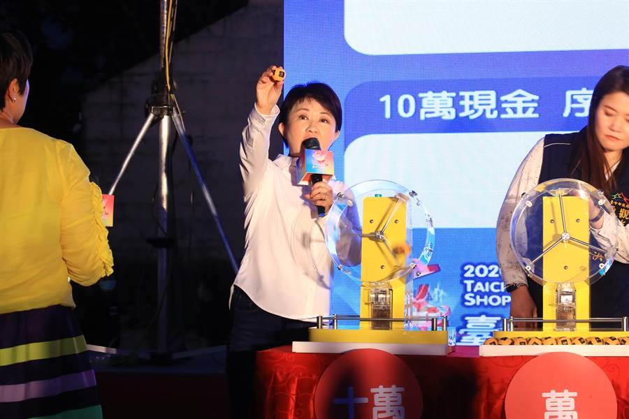 台中市长卢秀燕今天抽出10万现金奖与电动汽车都是「1」号,她笑称太幸运了,都抽到籤王 。(卢金足摄)