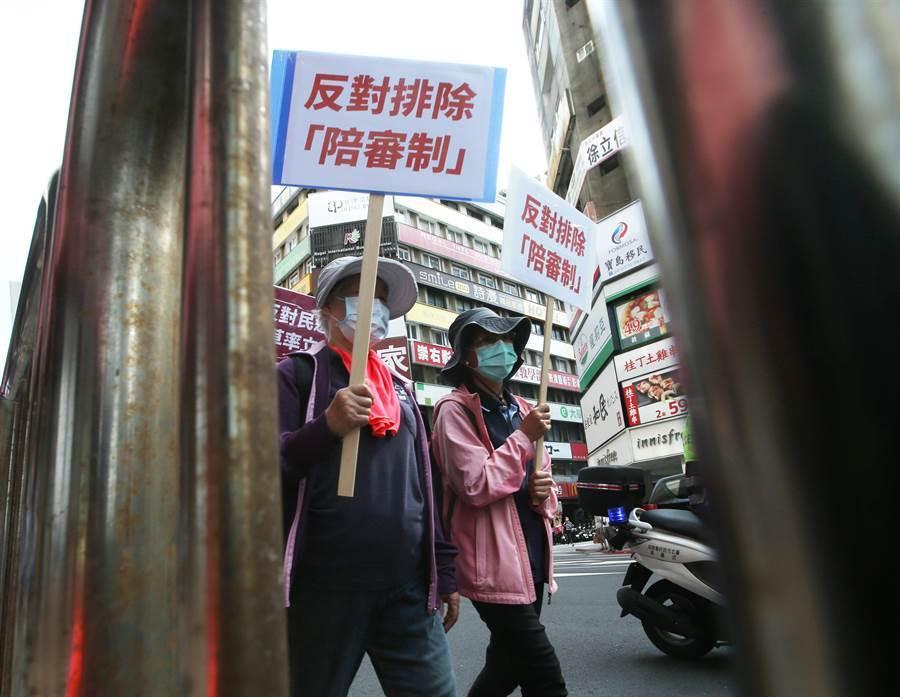 支持者手持「反對排除陪審制」等抗議標語,表達對執政當局在立院臨時會有意通過「參審制」,排除「陪審制」的不滿。(陳怡誠攝)
