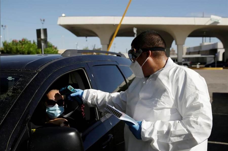 墨西哥邊界哨的檢查,從美國進到墨西哥要量體溫。(圖/路透社)