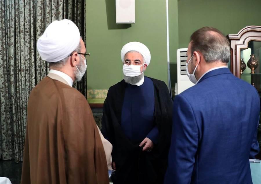 伊朗總統魯哈尼呼籲全民戴口罩,以防疫情擴散。(圖/路透社)