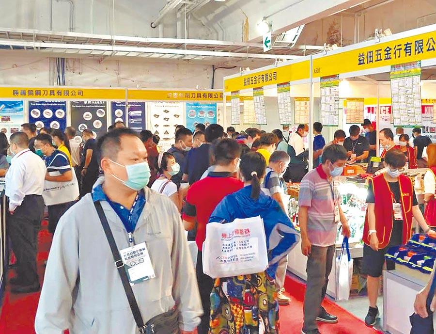 「2020台南自動化機械暨智慧製造展」適逢周末假日,人潮大量湧入,觀展者詢問度明顯提升。圖/陳惠珍
