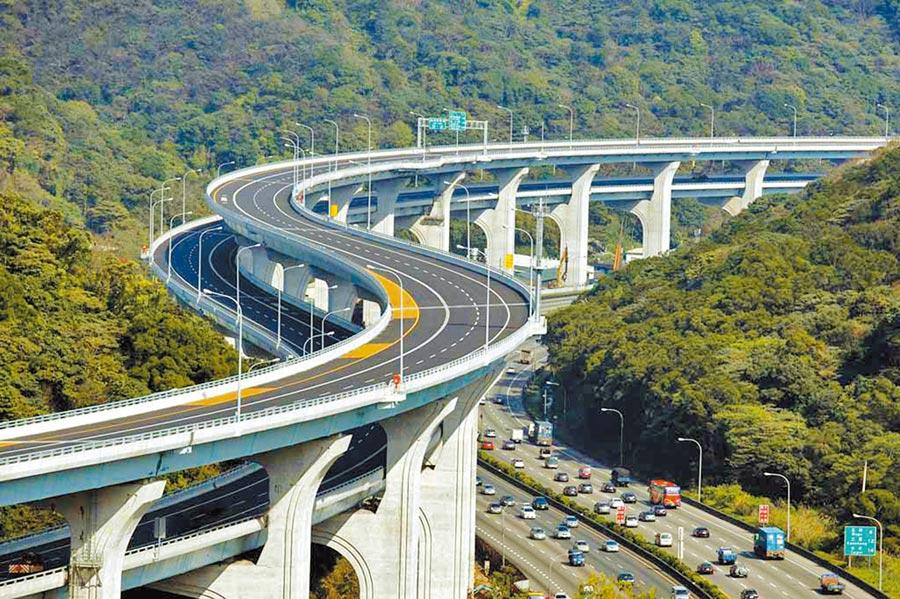 行政院宣布核定五楊高架道路延伸到苗栗頭份,及台61西濱快香山鳳鼻路段,兩路線總經費900億元。圖為五楊高架道路。(翻攝自高公局)