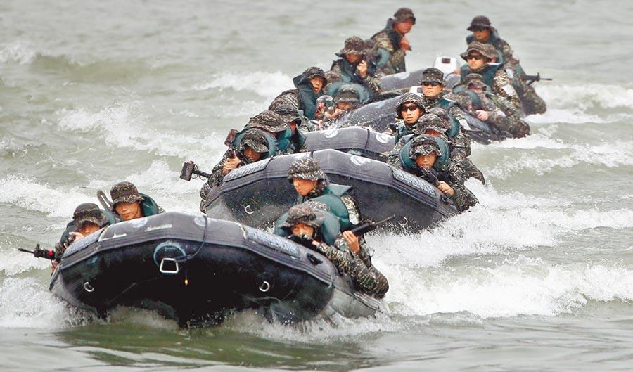 海軍陸戰隊3日操演,因海象突變,打翻膠艇,造成4官兵輕重傷。圖為兩棲偵搜大隊海上操舟。(本報資料照片)