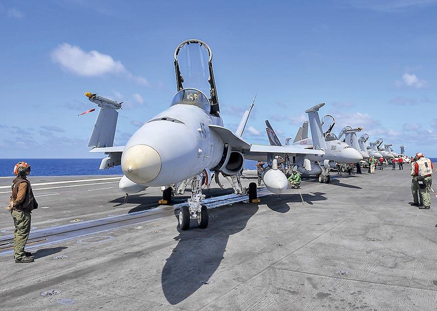 陸美同時在南海舉行軍事演習,專家建議,漢光演習應避開情勢緊繃的南海。圖為 美國「雷根號」和「尼米茲號」雙航母打擊群進入南海。 (摘自美太平洋艦隊臉書)
