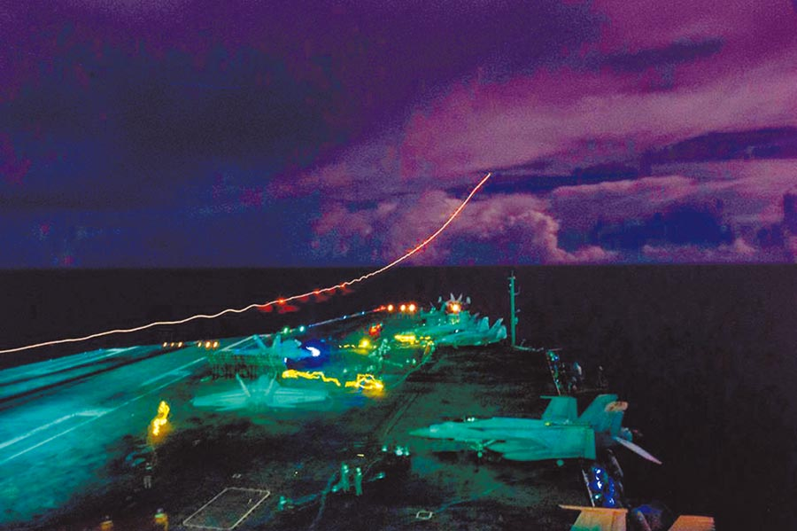 「尼米茲號」航母上,超級大黃蜂戰鬥機夜間起飛情形。 (摘自美太平洋艦隊臉書)