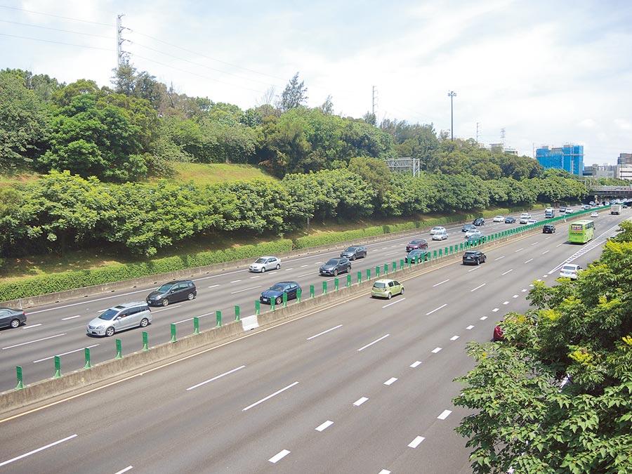 行政院長蘇貞昌4日赴新竹視察國道1號五楊高架延伸至苗栗頭份路段計畫,就巧遇塞車以遲到開場。(邱立雅攝)