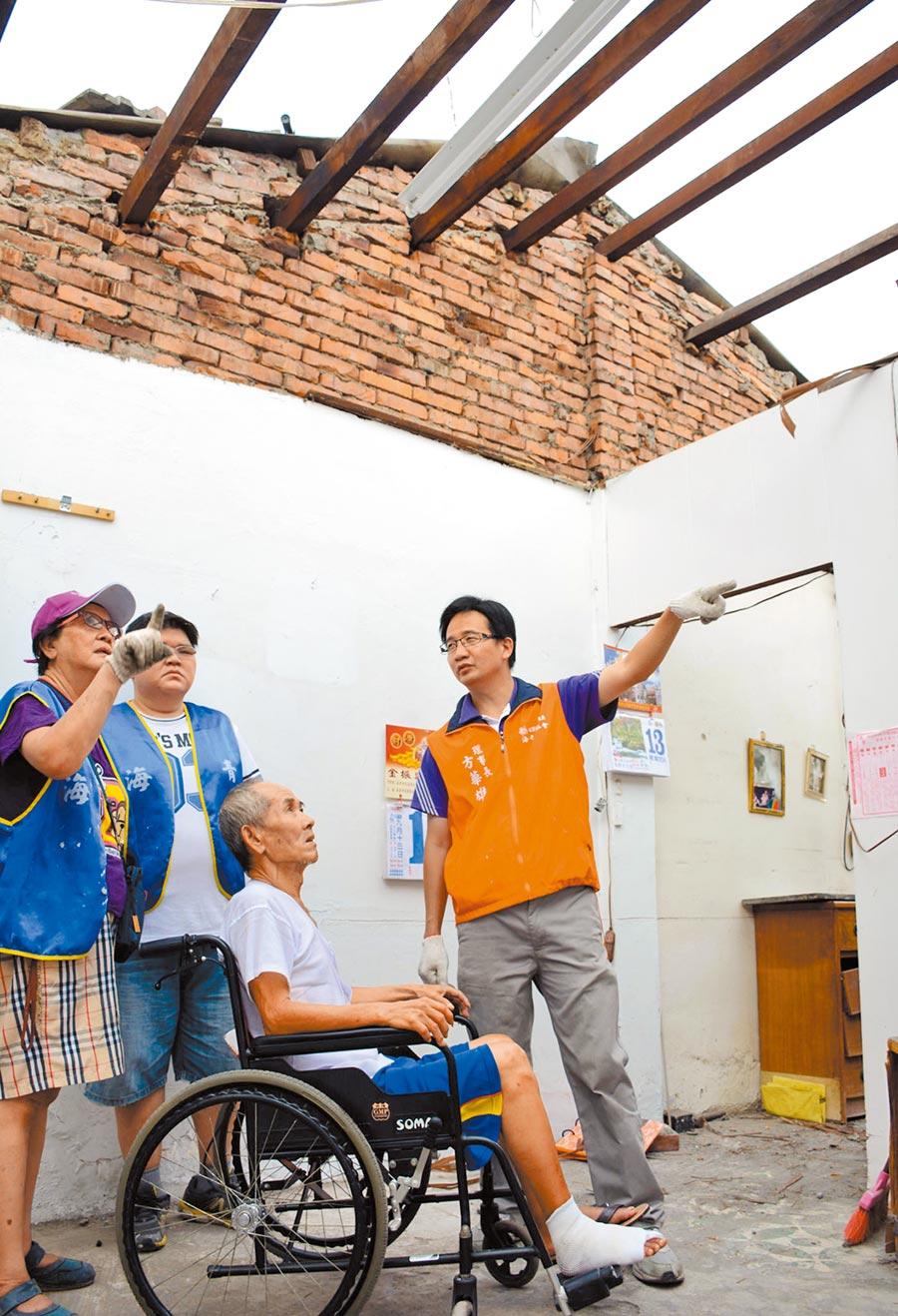 方華雄(右)長期關注公益,為獨居老人修繕房屋。攝影:林和生