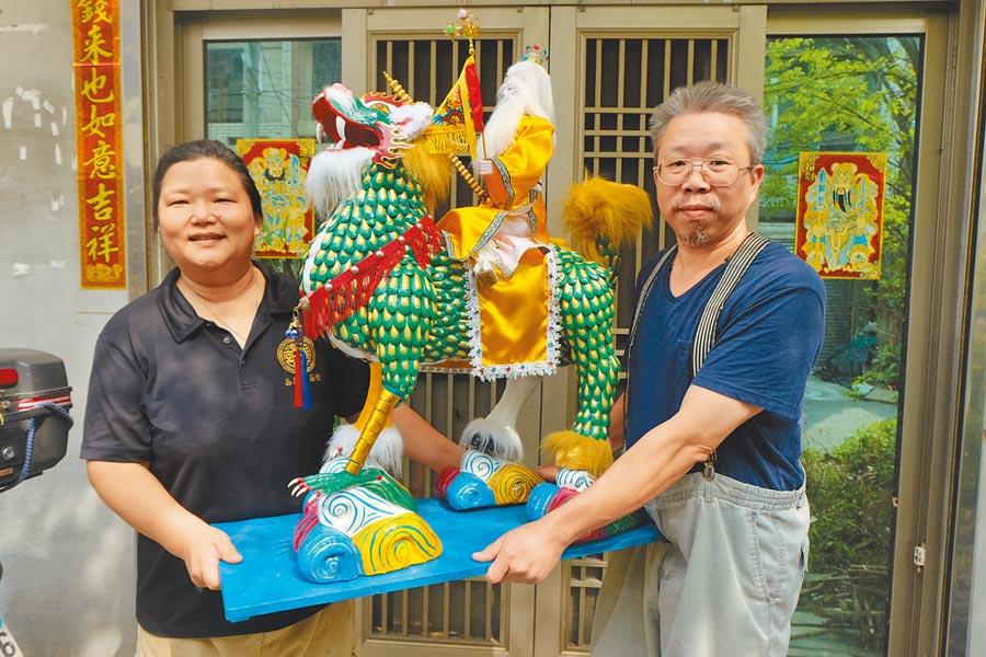 蔡爾容(右)與妻子卜雅菡(左),將紙塑神尊提升至藝術級殿堂。(張朝欣攝)