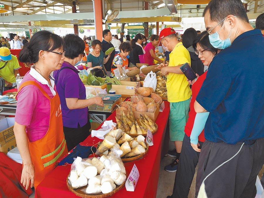 新北市農業局4日在台北希望廣場舉辦展售會。(許哲瑗攝)