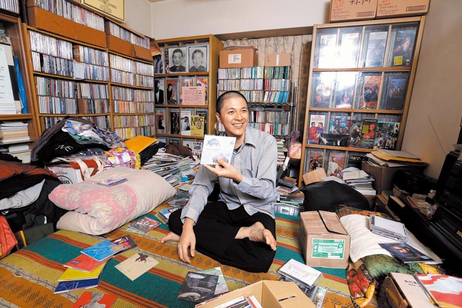 鋼琴家李世揚的家中收藏上萬片黑膠唱片與CD,對他來說,用很少資源堅持演奏自己的音樂,用真誠表現自己的專輯,才是珍貴的唱片。(黃世麒攝)