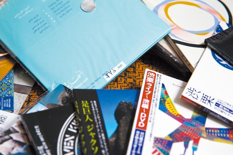 李世揚收集的黑膠唱片與CD,有些是珍貴的限量版。(黃世麒攝)