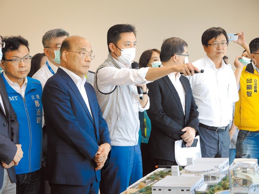 新竹市長林智堅(中)向行政院長蘇貞昌(左二)介紹竹科X基地與周圍建設的擘畫。(邱立雅攝)