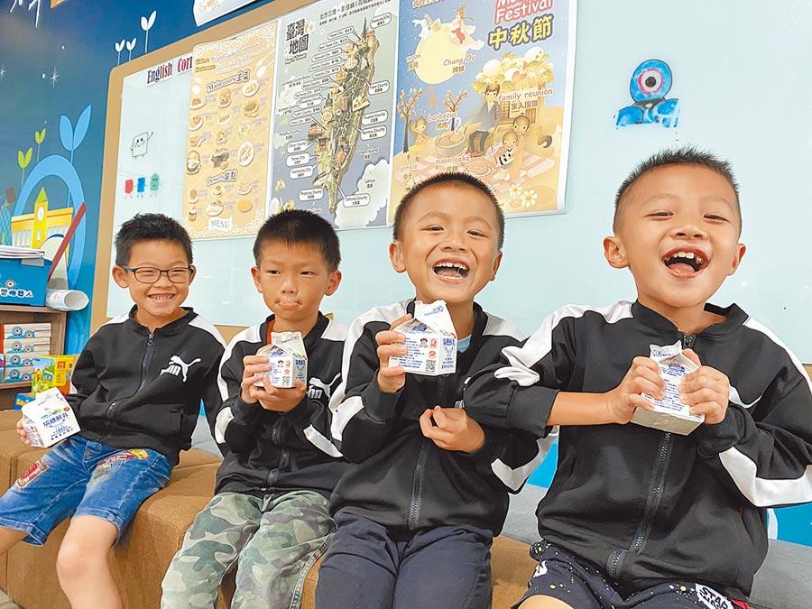 嘉義縣政府除延續先前國小低年級學童每周一次飲用鮮奶、羊奶政策外,109學年度將加碼擴大到全縣國小中、高年級生。(嘉義縣政府提供/呂妍庭嘉義傳真)