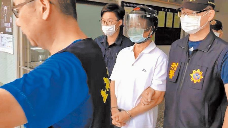 台南市新營區56歲的陳姓男子(中)疑因與鄰居陳姓夫妻素來不睦,3日晚間在自家門前又起口角,一句「這裡有狗」引發殺機。(莊曜聰攝)