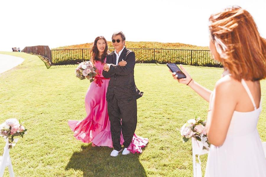 王偉忠長女王羚(左)去年結婚。(王偉忠提供)