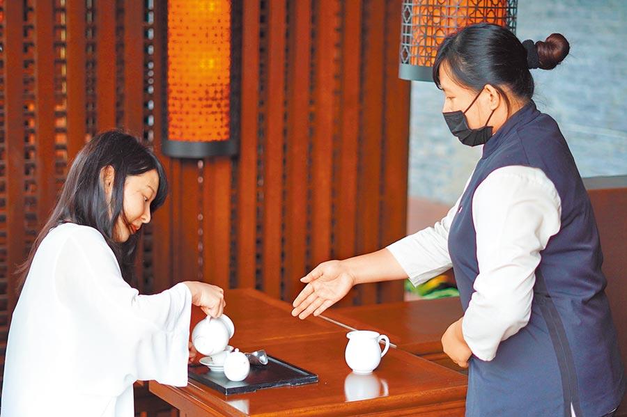 專人指導下,房客可於池畔茶藝館進行泡茶、品茶的「正念茶禪」課程。(何書青攝)