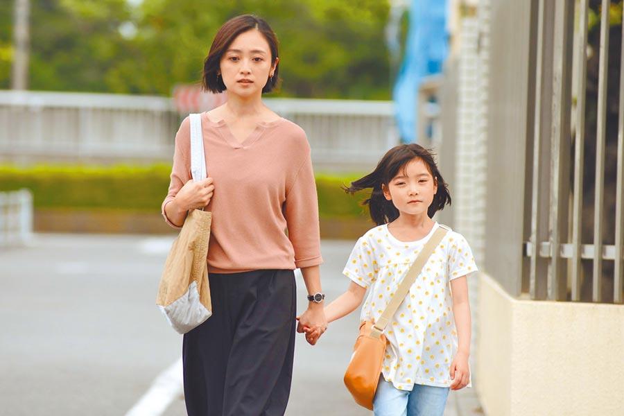安達祐實(左)近年常扮演母親角色,展露獨特韻味與說服力。(摘自IG)