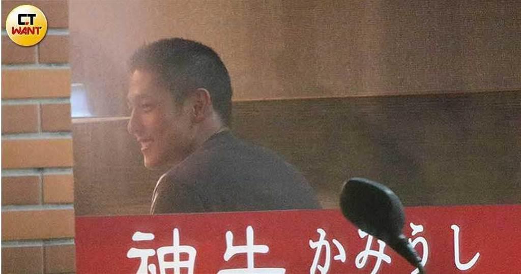 笑容滿滿的吳怡農,和友人吃燒肉餐敘。(圖/本刊攝影組)