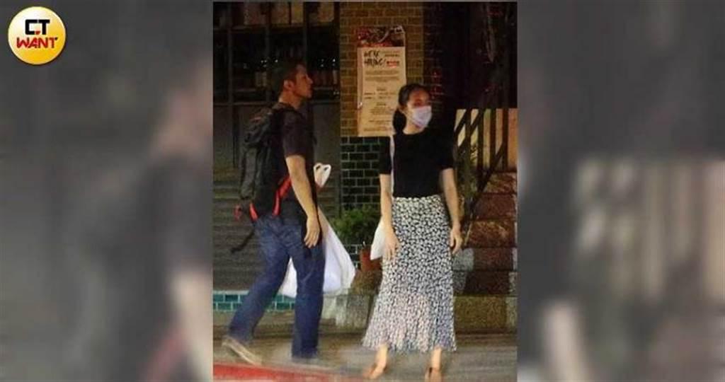 吳怡農與女性友人一同搭計程車,離開疑似是工作室的地點。(圖/本刊攝影組)