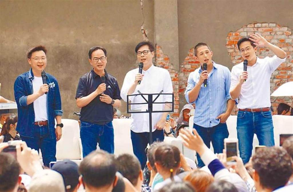 目前吳怡農擔任高雄市長補選候選人陳其邁的競選顧問,兩人還曾同台合唱。