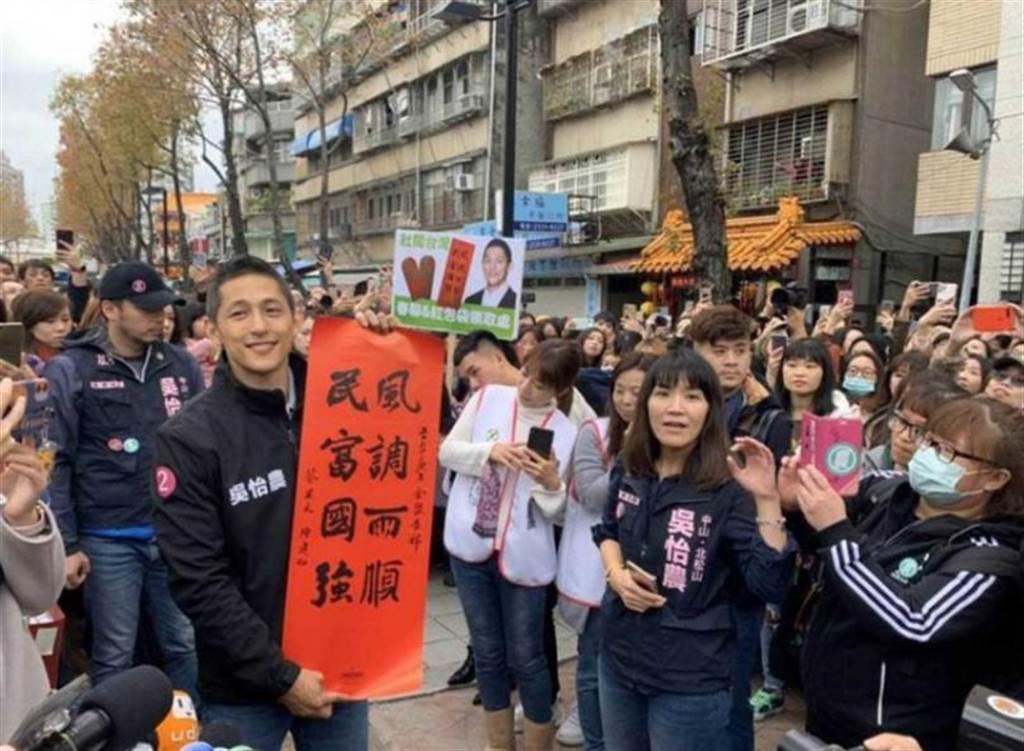 年初吳怡農的謝票場合,引來大批農粉排隊支持,幾乎都是女生。