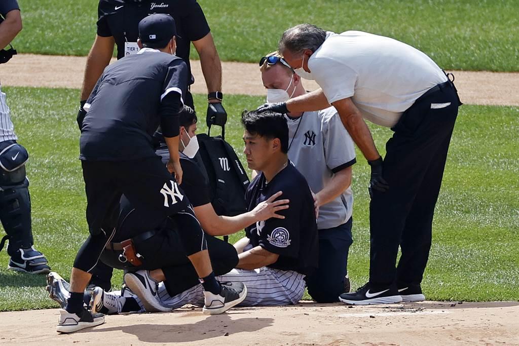 田中將大(中坐者)昨天被強襲球打中頭部,所幸今天已回到球場。(美聯社資料照片)