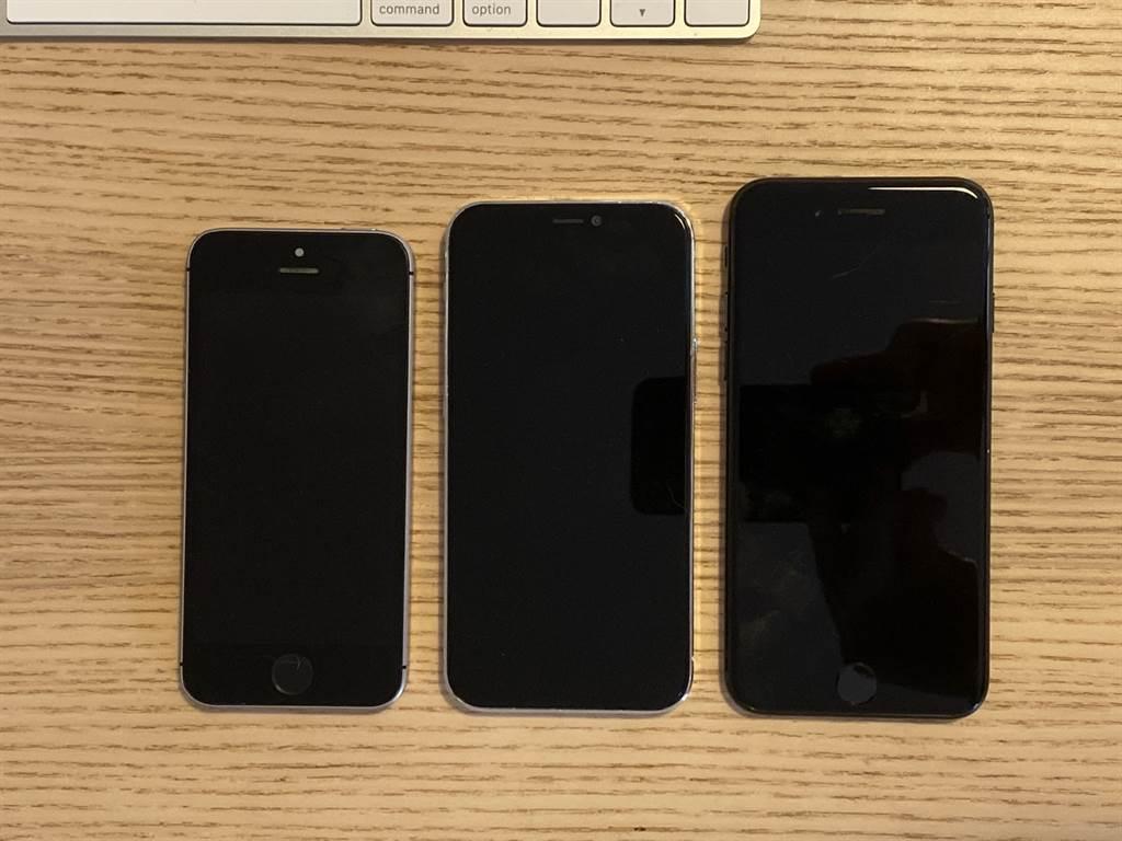 外媒討論區網友分享的 5.4 吋 iPhone 12 樣機與 iPhone SE、iPhone 7 對比圖(正面)。(摘自MacRumors)
