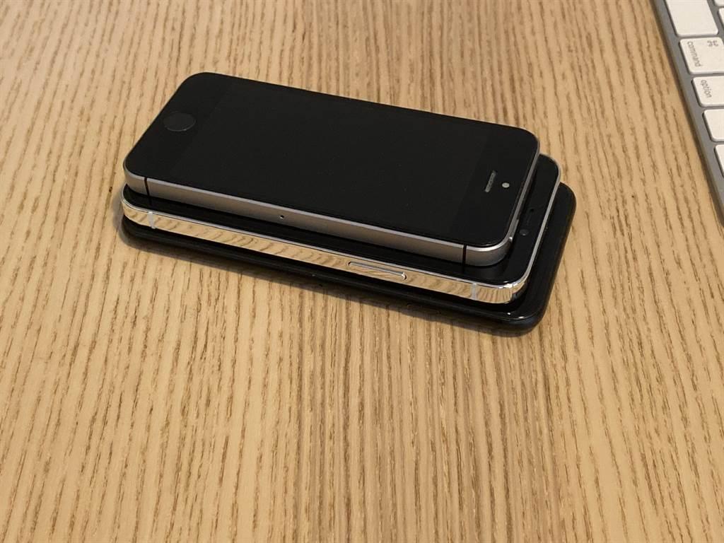 網友分享的 5.4 吋 iPhone 12 樣機與 iPhone SE、iPhone 7 對比圖(側面)。(摘自MacRumors)