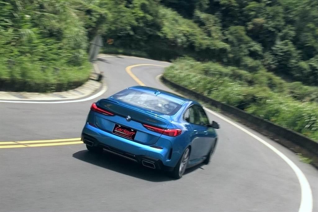 BMW M235i xDrive的智能全輪驅動系統的控制邏輯可根據當下的油門踏板位置、引擎扭力輸出、速度和轉向角,動態地改變前後輪之間的動力分配。必要時,它可以按50:50的前後比例分配驅動力(一般狀況為較大比例的前驅偏置),確保在所有行駛情況下均便於駕駛可預測性地進行處理。 另外,M235i xDrive還標準配備Torsen機械式扭力感應限滑差速器,其集成在八速Steptronic Sport變速箱中,能讓極限駕馭動態更為精準且減少轉向不足的情形發生,而藉由此限滑差速器,還能讓Launch Control起步功能直接以最大扭力450 Nm起步(一、二檔)。