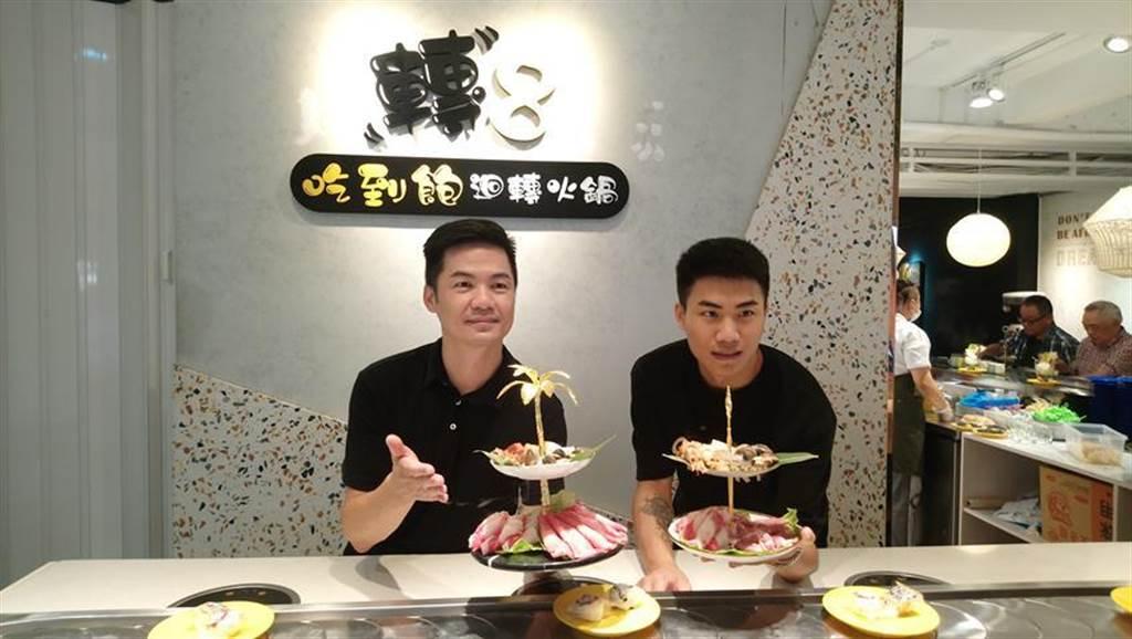唐溢乾(左)帶著兒子唐品侑投入迴轉火鍋事業。(圖/曾麗芳)
