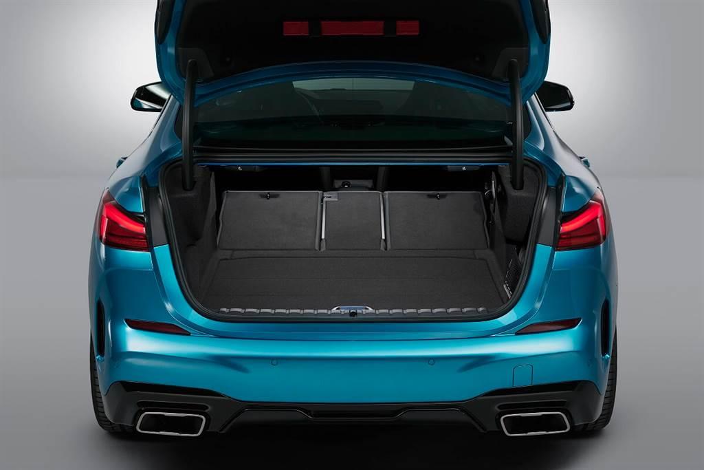 前輪驅動架構由於橫置引擎而能夠空出更多的乘坐與行李空間。後排乘客可比2系Coupe更容易進入,並具有33毫米的額外膝部空間。若選配全景天窗,座椅位置還可加高12毫米,並且頭部空間再增加14毫米。