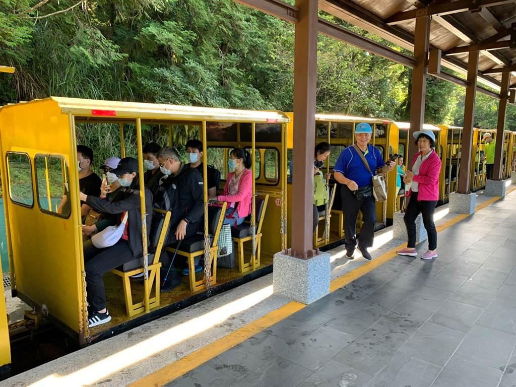 太平山蹦蹦車恢復全線通車,今天試營運首日,吸引許多遊客排隊搭乘。(羅東林管處提供/李忠一宜蘭傳真)