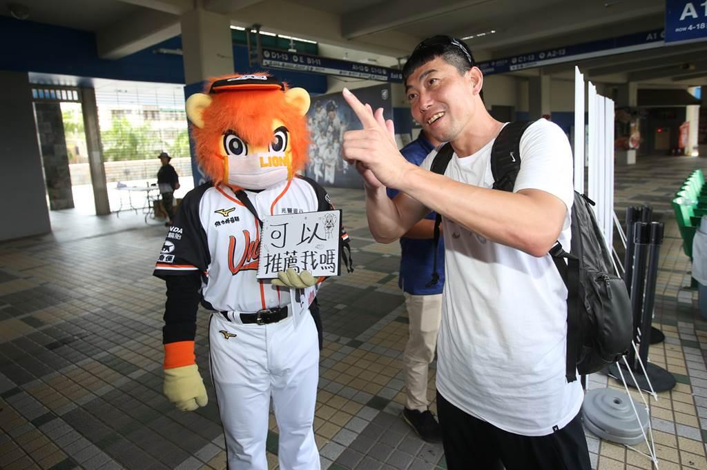 統一獅吉祥物萊恩(左)想獲得球團推薦,總教練林岳平(右)開玩笑說「那可能下輩子吧!」(統一獅提供)