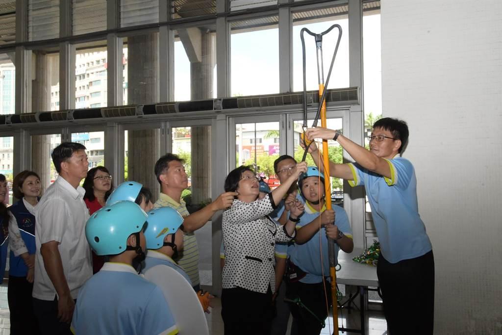 彰化縣長王惠美在開箱記者會上,參與體驗各校特色課程體驗活動內容。(謝瓊雲攝)