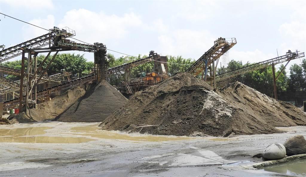 經發局駁回寶文砂石場特定工廠登記申請案件,要求9月底停止營運,12月底完成場地淨空。(陳世宗攝)