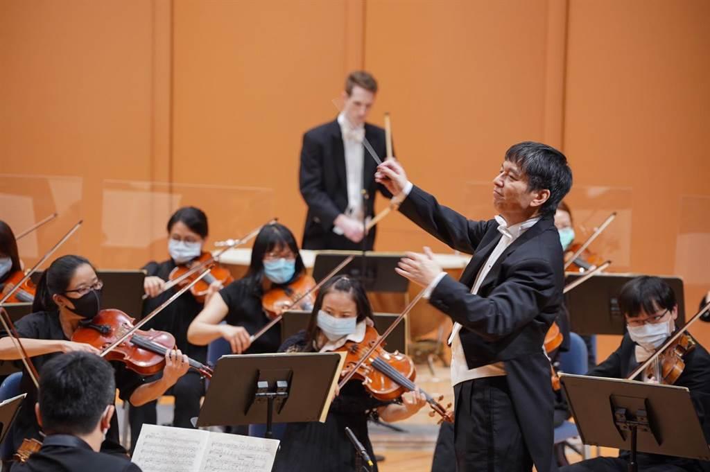 已故指揮大師伯恩斯坦作品《詩樂集》,因演出難度高,世界各地都少演奏,將在台首演。圖為指揮家水藍與國立台灣交響樂團。(國立台灣交響樂團提供)