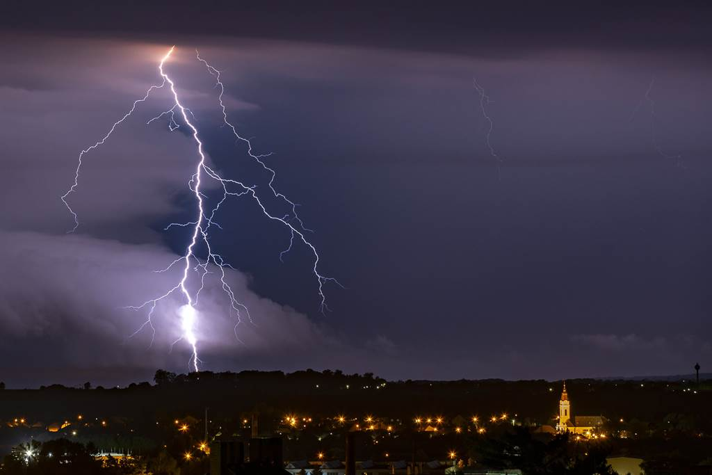 印度北部比哈爾邦,10天遭遇多場雷暴雨,雷擊造成147人死亡。此為意示圖,非比哈爾邦。(圖/美聯社)