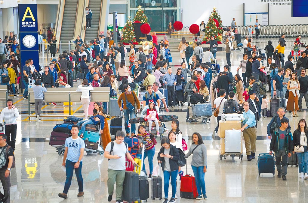 香港國際機場接機大堂,疫情前人潮絡繹不絕。(中新社資料照片)