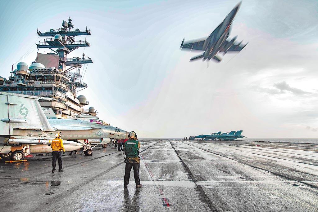 7月4日,一架F/A-18E超級大黃蜂在美國海軍「雷根」號航母上空飛行。(取自美國海軍官網)