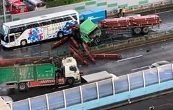 驚悚!鼎金交流道4車連環撞 鋼材噴飛爆射 駕駛差點遭爆頭