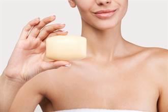 金髮辣妹枯等10分鐘急衝廁所 驚見「肥皂形狀」才知友人「在辦事」
