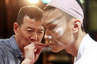 吳興國親自為弟子上妝 交棒年輕人