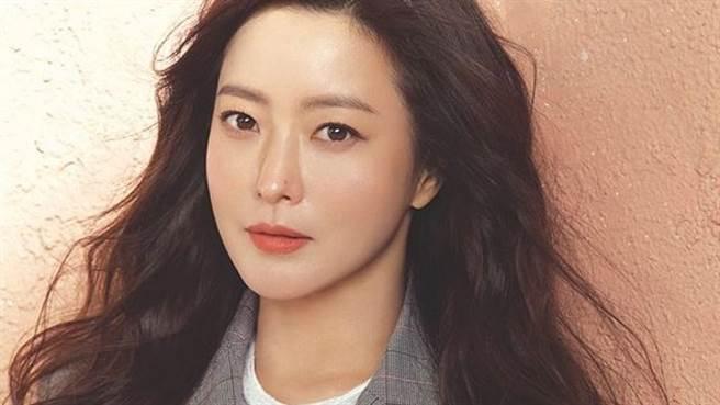 「韓國第一美女」金喜善深V洋裝超透視張腿洩亮點