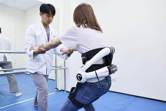 怡仁綜合醫院復建中心機械外骨骼助患者邁開步伐。(怡仁綜合醫院提供/呂筱蟬桃園傳真)