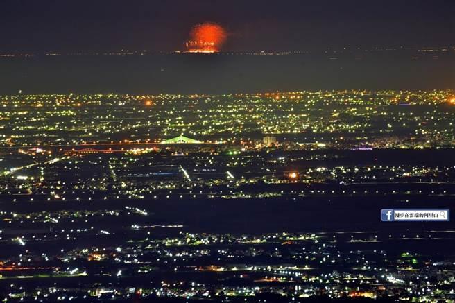 攝影達人黃源明今晚在梅山36彎,成功拍到煙火綻放的瞬間,此景致令人讚嘆不已。(黃源明提供)
