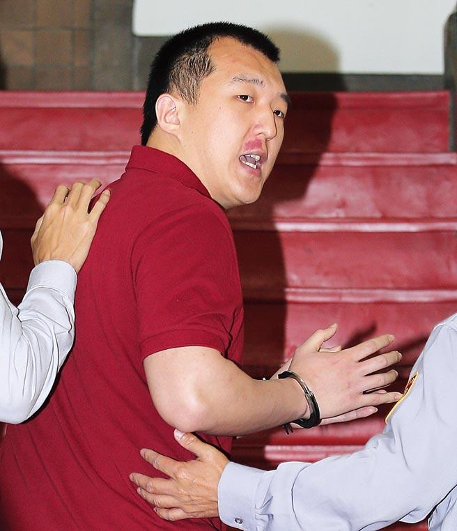 台湾高等法院2018年3月开庭审理周泓旭「陆生共谍」案,在押的周泓旭出庭前不断喊冤,称这是台湾检调自编自导自演的一场闹剧,大喊要求公开审理。(本报资料照片)