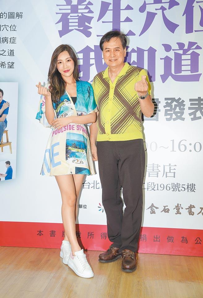 格格(左)昨為尤國棟新書發表會站台。(盧禕祺攝)