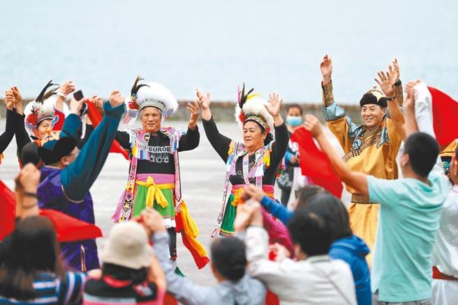 2019年10月19日,内蒙古民间文化交流团来到台东县池上乡,与阿美人进行歌舞交流。(中新社)