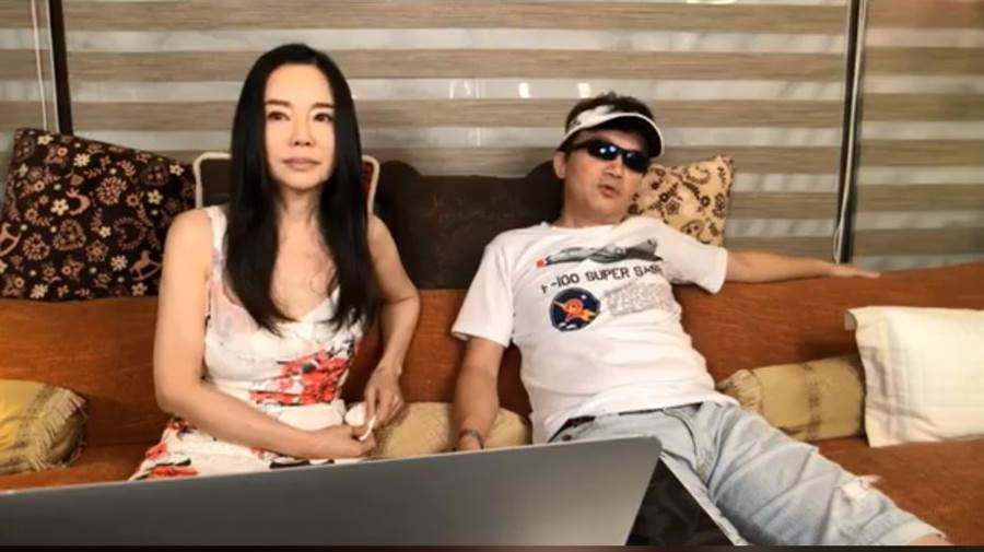 狄鶯直播被孫鵬亂入,流露夫妻真實互動。(圖/翻攝自臉書)