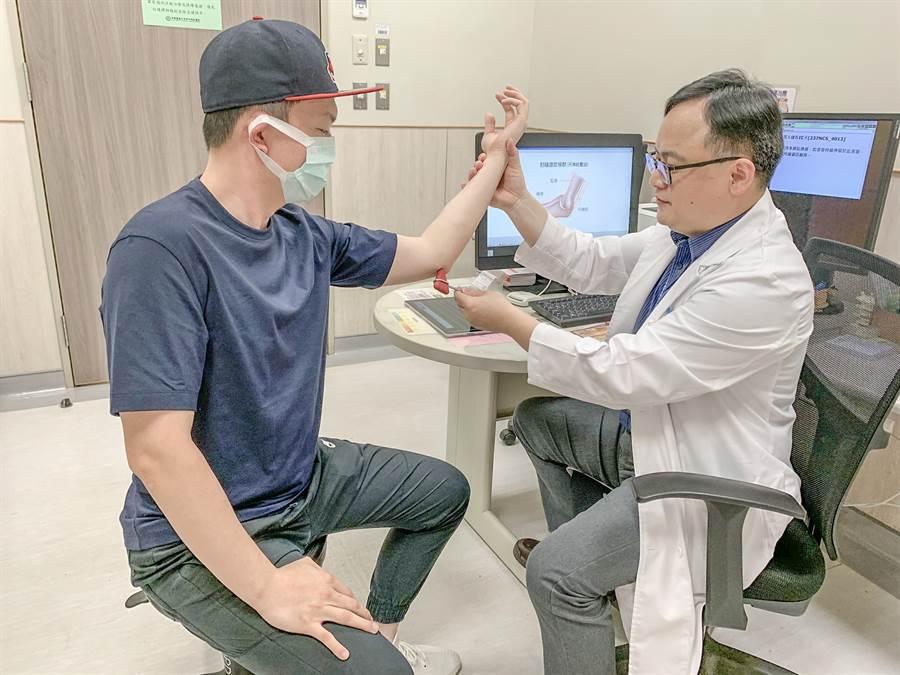 中醫大新竹附設醫院復建科醫師何宇淳指「肘隧道症候群」要找出受傷原因和部位,才能選擇最適合和精準的治療方式。(羅浚濱攝)